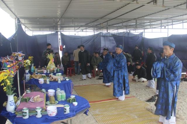 Trưởng làng Thâm Khê và các vị có chức sắc làm lễ cầu mùa