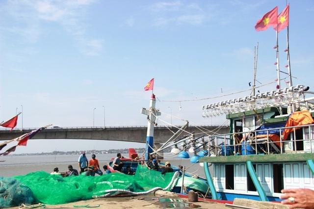 Những lá cờ Tổ quốc trên tàu cá ngư dân được thay mới, mang đầy quyết tâm bám biển
