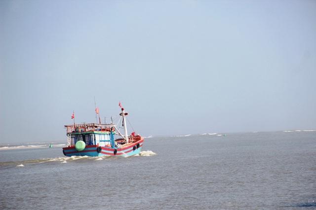Chiếc thuyền rẽ sóng ra khơi, khởi đầu cho vụ đánh bắt đầu năm mới