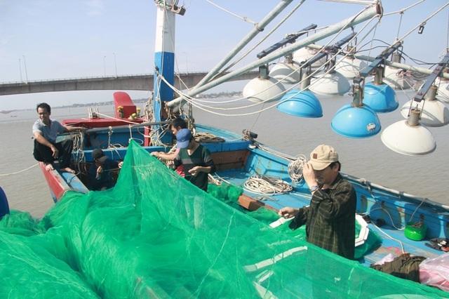 Sau một thời gian đánh bắt cầm chừng, anh Định và các thuyền viên sắp xếp ngư lưới cụ để chuẩn bị ra khơi
