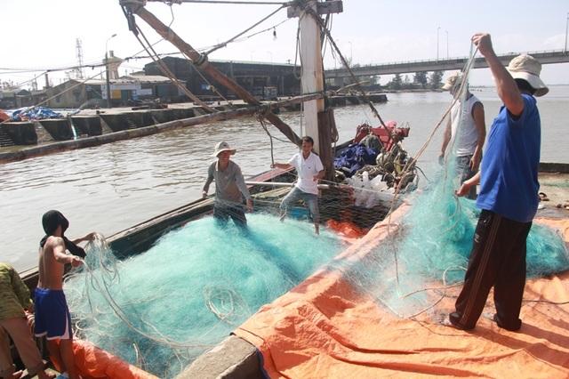 Tàu cá của ngư dân Nguyễn Văn Hùng chuẩn bị lưới để ra khơi đánh bắt cá thu