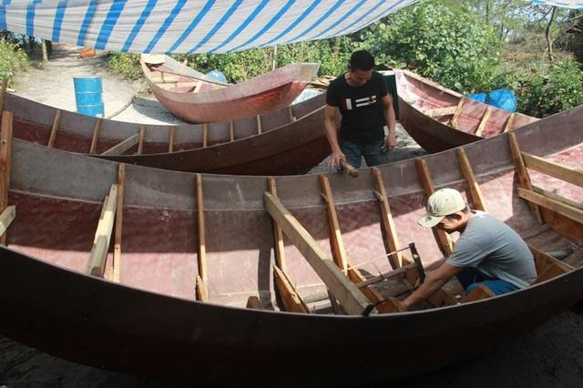 Cở sở đóng tàu của anh Quảng tại xã Vĩnh Thái sắp hoàn thành 10 chiếc tàu để bàn giao cho ngư dân đưa vào hoạt động