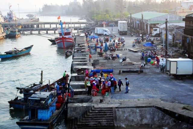 Cảng Cửa Việt những ngày này tấp nập tàu của ngư dân ra vào cảng