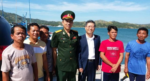 Đại sứ Lý Quốc Tuấn và Đại tá Nguyễn Văn Hùng-Tùy viên QP tại Philippines (thứ 3 và thứ 4 từ phải sang) gặp gỡ, động viên các ngư dân.