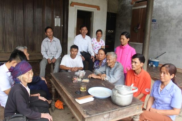 Người thân, bà con hàng xóm đang mong đợi một kết quả tốt đẹp sẽ đến với Khánh