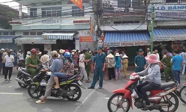 Người dân vây xem cơ quan điều tra phá án