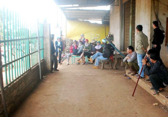 Người dân kéo đến chủ cơ sở thu mua Tam đòi nợ