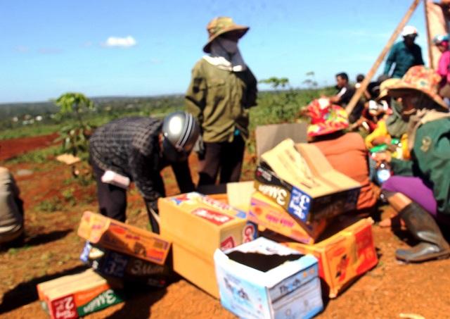 Người dân mang theo  mì tôm, nước uống túc trực để canh giữ nhà thầu thi công