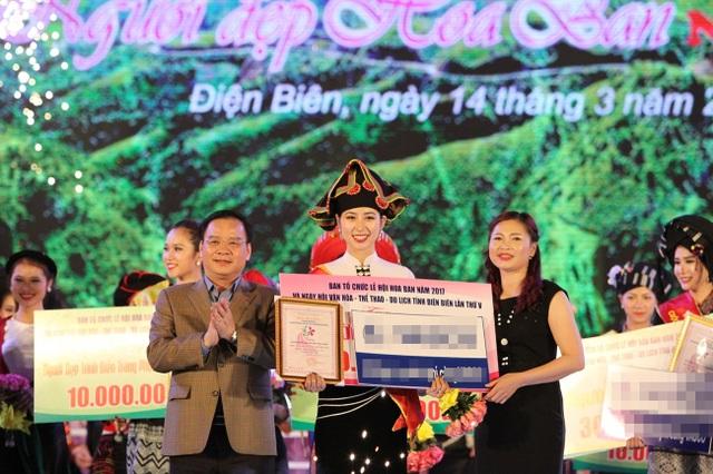 Ông Mùa A Sơn, Phó Bí thư Tỉnh ủy, Chủ tịch UBND tỉnh (ngoài cùng bên trái) trao giải Người đẹp Hoa Ban cho thí sinh Trần Thị Phương Anh.