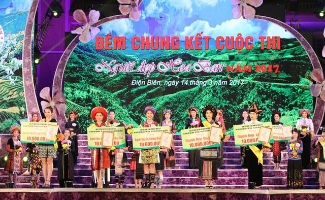 Các thí sinh đoạt giải thưởng phụ trong cuộc thi Người đẹp Hoa Ban.