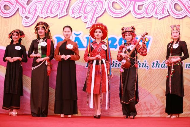 Dàn thí sinh Người đẹp Hoa Ban trải qua phần thi trang phục truyền thống trong ngày 13/3.