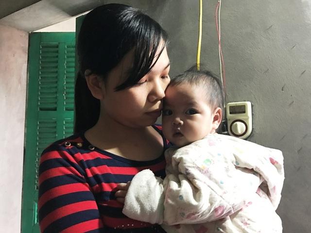 Người mẹ trẻ thương con nhưng chị bất lực nhìn con gái mình bị hành hạ, bởi chị vì gia cảnh quá nghèo