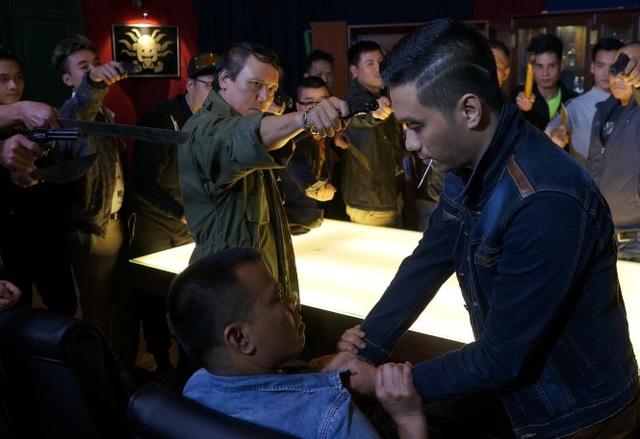 Cảnh Huy Kình dí súng vào đầu Phan Hải trong phim Người phán xử.