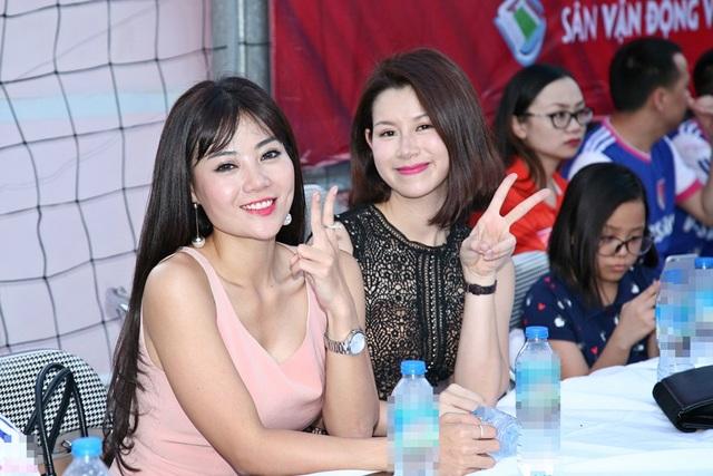 Phan Hương, cô con gái của ông trùm Phan Quân trong bộ phim Người phán xử (trái) và nữ diễn viên Huyền Trang (phải) cũng có mặt để ủng hộ chương trình.