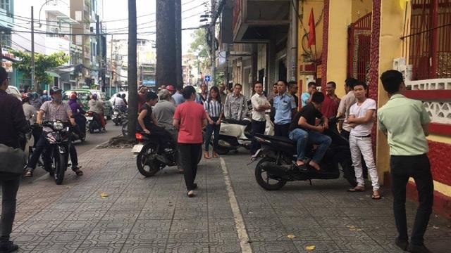 Nhiều người dân vẫn tập trung tại Đình Nam Chơn vào chiều 19/7, vì cho rằng Flores sẽ trở lại