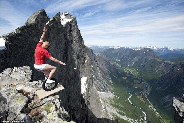 Eskil Ronningsbakken, một diễn viên đóng thế người Na Uy, đi khắp thế giới để trình diễn những màn biểu diễn nguy hiểm. Trong hình là cảnh nam diễn viên này vắt vẻo trên vách đá khi cân bằng chỉ bằng một chiếc bánh xe đạp.