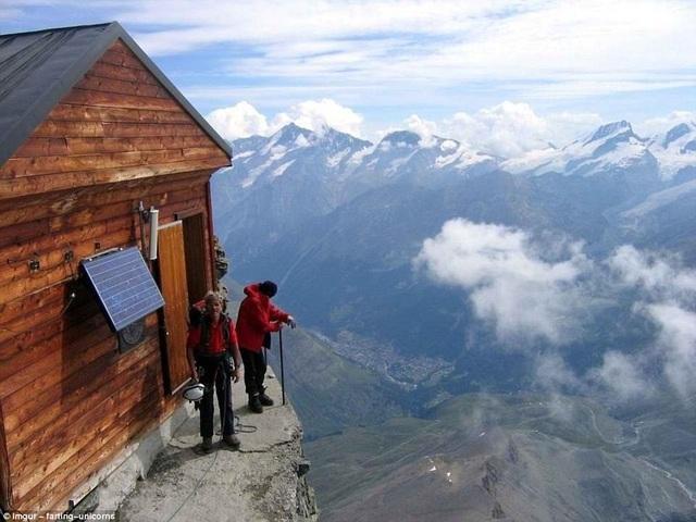 Solvay Hut nằm trên núi Matterhorn ở Thụy Sỹ, với độ cao 13.000 feet so với mực nước biển, là nơi trú chân của những du khách ưa mạo hiểm.