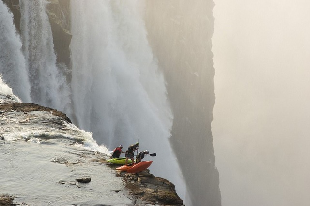 Kayaker Steve Fisher, 37 tuổi cùng Dale Jardine, 33 tuổi, đều đến từ Nam Phi, và Sam Drevo, 33 tuổi, là du khách người Mỹ. Cả 3 cùng nhau vượt thác nước lớn nhất thế giới – thác Victoria của Zambia với khoảnh khắc như chuẩn bị lao xuống vượt thẳm.
