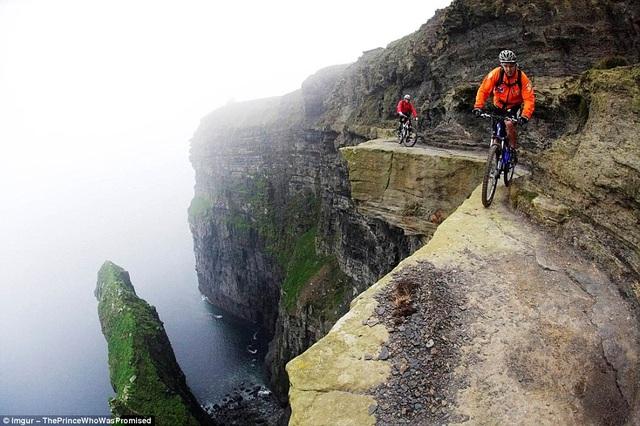 Hình ảnh khiến nhiều người rợn tóc gáy khi chứng kiến các du khách đi xe đạp trên con đường nhỏ hẹp thuộc vách đá Moher ở Ireland. Đây cũng là một trong số những con đường dành cho xe đạp nguy hiểm nhất thế giới.