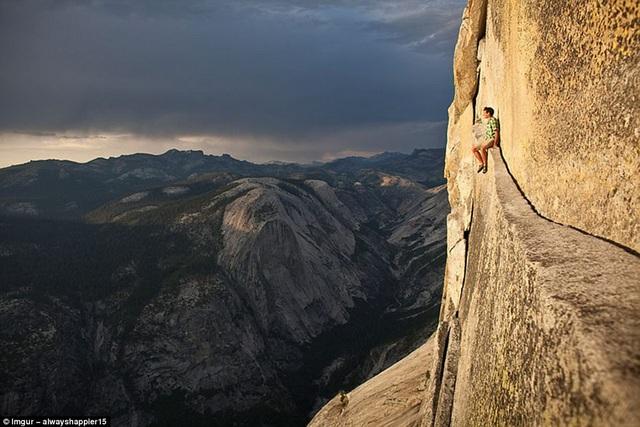 Để có bức hình ấn tượng, một số người thậm chí bỏ qua cả nguy hiểm bản thân. Hình ảnh chụp tại một vách đá thuộc ngọn núi Sierra Nevada ở California.