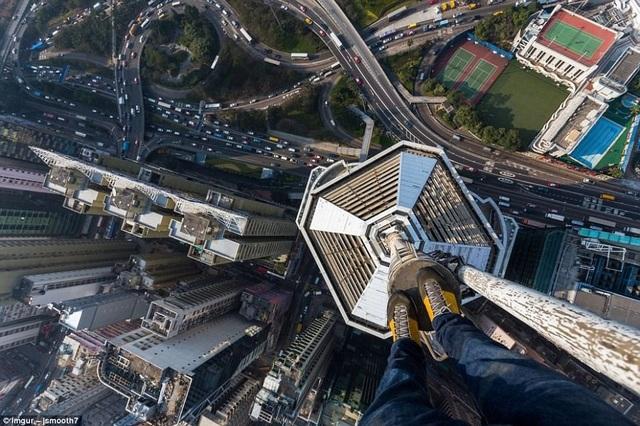 Vitaliy Raskalov, một du khách đến từ Ukraina, với sở thích chinh phục các tòa nhà cao tầng, anh tới nhiều nơi trên thế giới để ghi hình từ trên cao. Trong ảnh là một tòa nhà chọc trời ở Hong Kong.