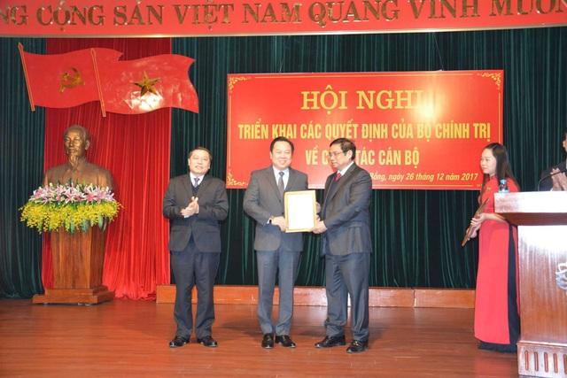 Ông Nguyễn Hoàng Anh (giữa) nhận quyết định phân công của Bộ Chính trị, thôi giữ chức Bí thư tỉnh ủy Cao Bằng để làm Chủ tịch UB Quản lý vốn Nhà nước trong các doanh nghiệp (ảnh: Đất Việt).