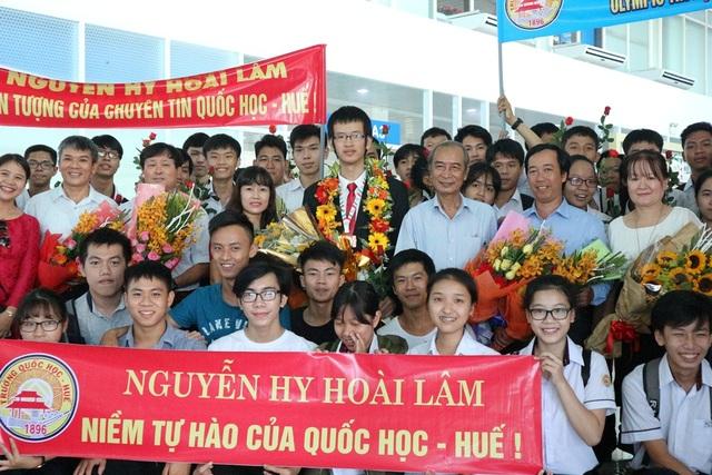 Hoài Lâm tại sân bay quốc tế Phú Bài dưới sự chào đón của bạn bè và thầy cô