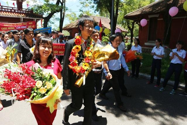 Nguyễn Hy Hoài Lâm - Huy chương đồng Olympic Tin học quốc tế 2017 trở về trường THPT chuyên Quốc Học trưa 6/8