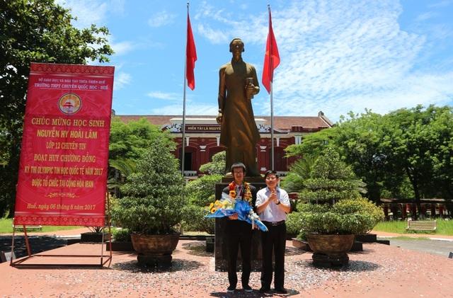 TS. Phạm Văn Hùng, Giám đốc Sở Giáo dục - Đào tạo tỉnh Thừa Thiên Huế tặng hoa chúc mừng em Nguyễn Hy Hoài Lâm, Huy chương đồng Olympic Tin học Quốc tế 2017.