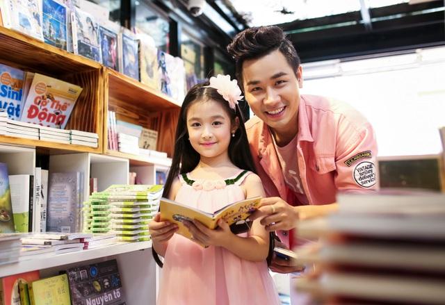 Chàng MC điển trai mua cho mỹ nhân nhí những cuốn sách hỗ trợ công việc nói trước công chúng. Nguyên Khang cũng hy vọng, những cuốn sách sẽ nhắc nhở Bảo Ngọc cân bằng giữ công việc nghệ thuật và học tập để bé có thể phát triển toàn diện.