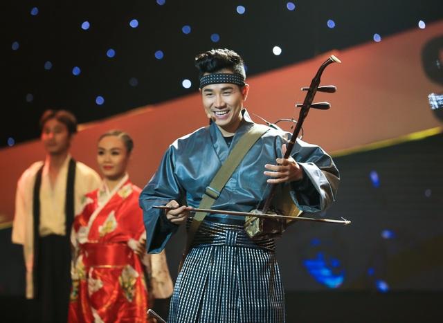Trong quá trình tham gia chương trình truyền hình thực tế, MC Nguyên Khang luôn biến hóa với những hình ảnh khác lạ.