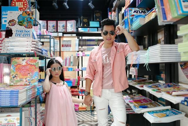 9h sáng 1/6, Nguyên Khang đưa Bảo Ngọc đi dạo đường sách TP.HCM. Cả hai cùng mặc áo ton sur ton rất dễ thương.