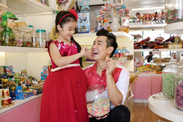 Năm học vừa qua, cô nhóc 9 tuổi đã đạt được danh hiệu học sinh giỏi lớp 3. Vì vậy, Bảo Ngọc được chú Nguyên Khang đưa đến hàng kẹo, chọn mua cho rất nhiều kẹo làm phần thưởng.