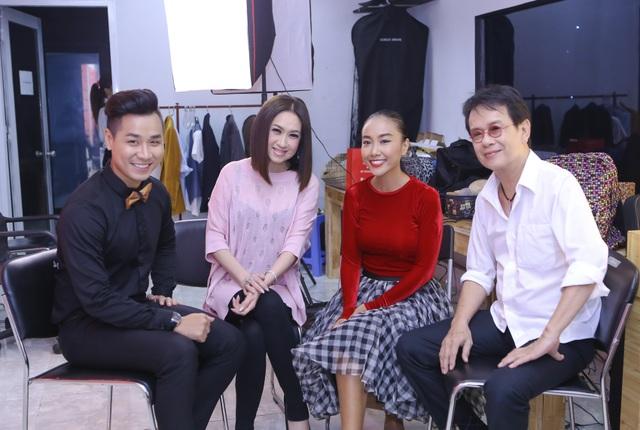 Nguyên Khang với ca sỹ Ý Lan, Đoan Trang và nhạc sỹ Đức Huy trong hậu trường.