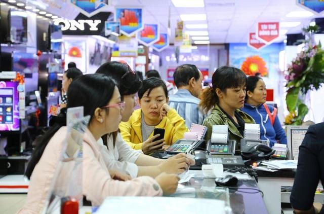 Tại Nguyễn Kim, ngày càng có nhiều khách hàng thanh toán bằng thẻ, không dùng tiền mặt