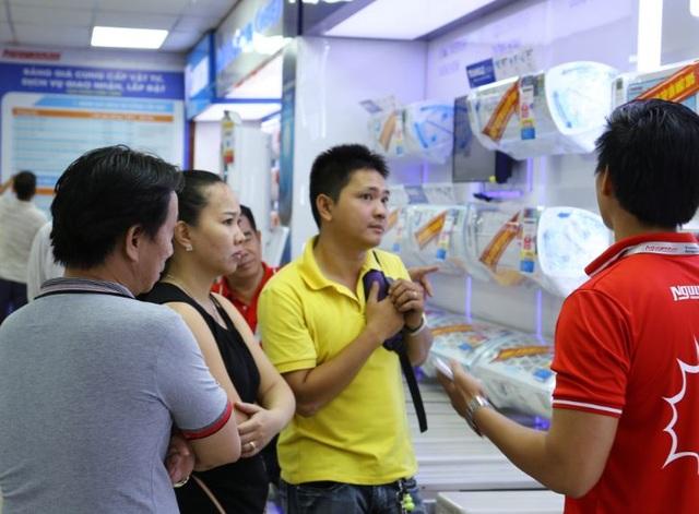 Chương trình Thanh toán không dùng tiền mặt của Nguyễn Kim đang thu hút rất đông khách hàng