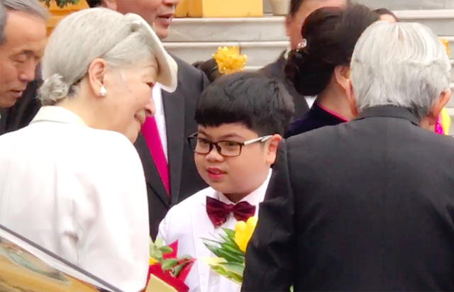 Hoàng hậu Nhật thân thiện trò chuyện với cậu bé Như Khôi