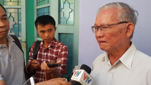 Ông Tôn Thất Viễn Bào, đại diện Hội đồng trị sự Nguyễn Phúc Tộc (phải) đã vừa gửi đơn kiện lên Tòa án nhân dân TP Huế