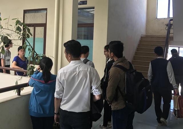 Sinh viên và phụ huynh bị trường ĐH Tân Tạo kiện đến một toà ở TP.HCM giải quyết các quyền lợi liên quan