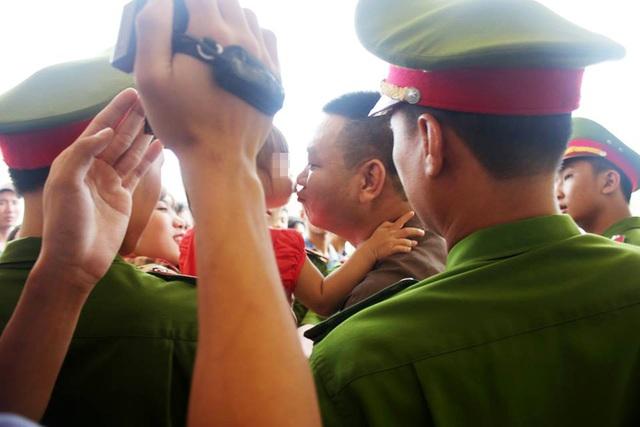 Nguyễn Thanh Tâm cố nhoài người hôn cô con gái lúc được dẫn giải về trại giam sau khi nhận bản án 20 năm tù về tội mua bán trái phép chất ma túy.