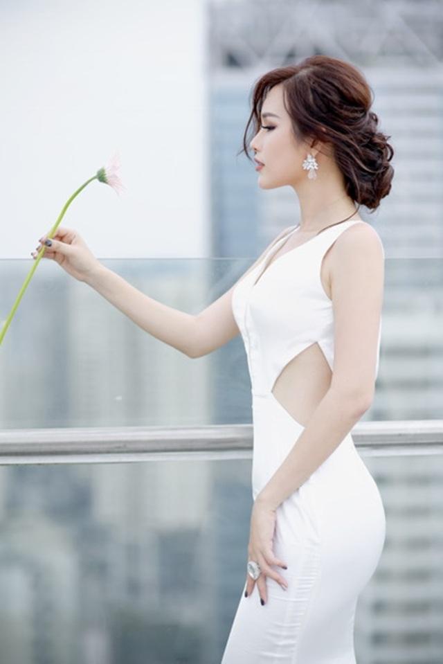 """Cô chia sẻ: """"Lúc bé tôi thường xem các chương trình thời trang và các cuộc thi hoa hậu vì thế phần nào tuổi thơ đã thúc đẩy đam mê của tôi để dốc toàn tâm huyết để tham gia một cuộc thi chuyên nghiệp như Hoa hậu Hoàn vũ Việt Nam""""."""