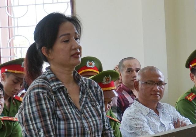 Trùm ma tuý than vì yêu lầm nên dù là người đàn bà đã đến với mình trong những ngày đang thụ án nhưng Tuấn Lay vẫn kiên quyết vạch mặt Nguyễn Thị Hương là người chủ mưu các thương vụ mua bán trái phép chất ma túy