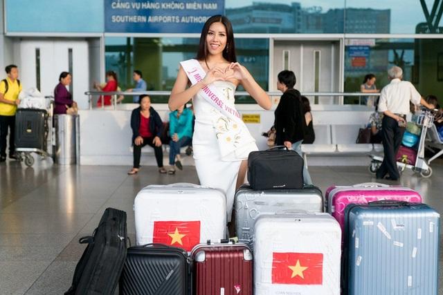 Á hậu tiết lộ, cô mang theo 6 vali hành lý nặng hơn 200kg bao gồm các trang phục, phụ kiện, đồ dùng cá nhân… để đáp ứng các yêu cầu và hoạt động từ cuộc thi.