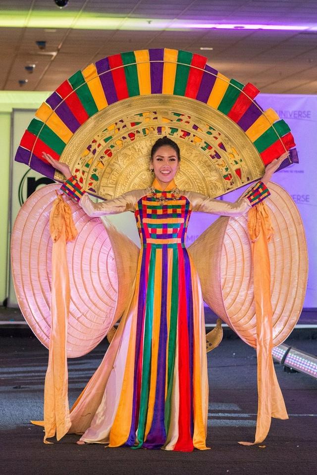 """Trong phần thi National Costume - Trình diễn trang phục dân tộc cũng đã chính thức diễn ra. Nguyễn Thị Loan trong thiết kế """"Hồn Việt"""" kết hợp áo dài truyền thống với nón lá, trống đồng đã nhận được nhiều tràng pháo tay nồng nhiệt khi xuất hiện trên sân khấu."""