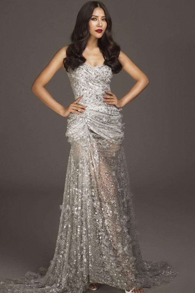 Năm 2010, Nguyễn Thị Loan tham dự Hoa hậu Việt Nam 2010, lọt top 5 và đoạt danh hiệu Người đẹp Biển. Năm 2013, Nguyễn Thị Loan tiếp tục thử sức ở Hoa hậu các dân tộc Việt Nam và đoạt Á hậu 2.