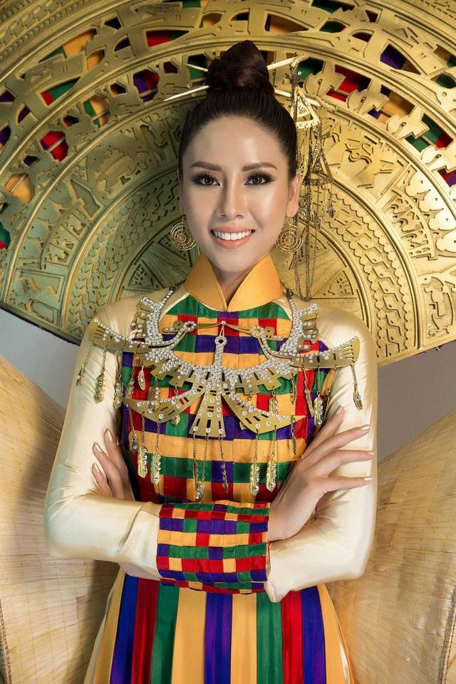 """Bộ trang phục được lên ý tưởng thiết kế và thực hiện dựa trên hình ảnh chiếc áo dài truyền thống của Việt Nam, làm tôn lên đường cong cơ thể và vẻ đẹp duyên dáng nhưng không kém phần gợi cảm, quyến rũ của đại diện nhan sắc Việt. Đặc biệt, """"Hồn Việt"""" được điểm xuyết bởi 2 chiếc nón lá khổng lồ như một đôi cánh cách điệu, cùng phần cánh quạt với họa tiết trống đồng mang đậm dấu ấn văn hóa – lịch sử của dân tộc Việt Nam."""