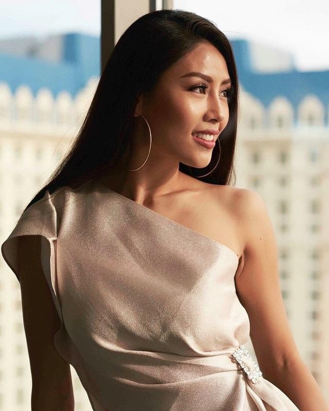 """Thần thái thanh lịch, kiêu sa mang phong thái một """"nữ hoàng sắc đẹp"""" của Nguyễn Thị Loan đã nhận được rất nhiều lời khen có cánh từ người hâm mộ."""