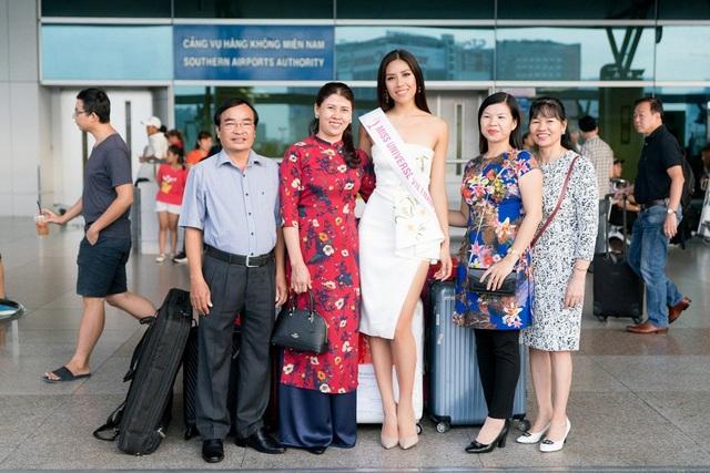 Bên cạnh đó, gia đình và khán giả cũng có mặt ở sân bay để tiễn và chúc mừng Á hậu Nguyễn Thị Loan. Lần thứ 3 đại diện Việt Nam ở một đấu trường sắc đẹp quốc tế.