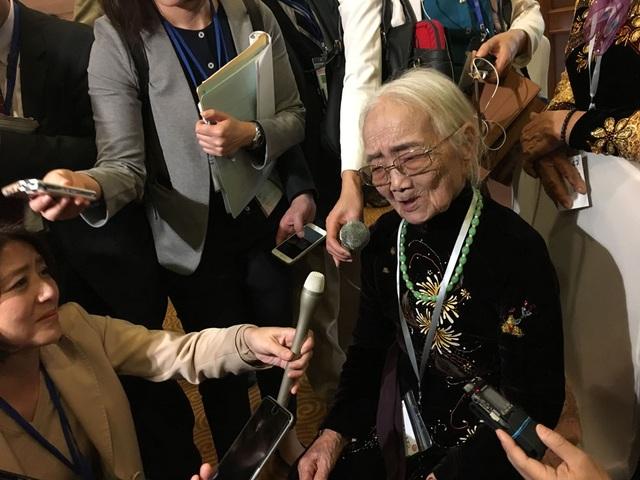 Cụ bà Nguyễn Thị Xuân trả lời phỏng vấn báo chí sau cuộc gặp (Ảnh: An Bình)