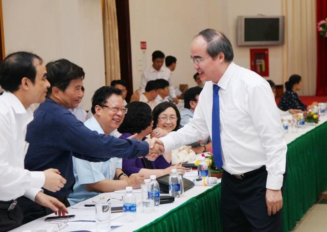 Ông Nguyễn Thiện Nhân bắt tay đại biểu tại hội nghị